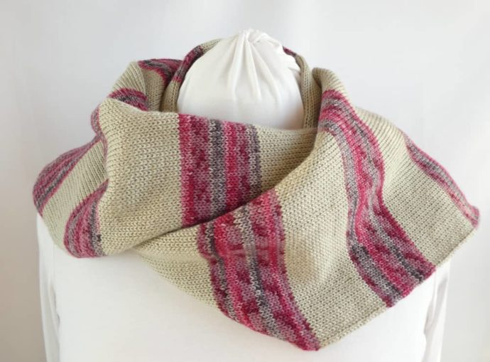 L'écharpe en laine à rayures chanvre et rose peut se porter sur les épaules.