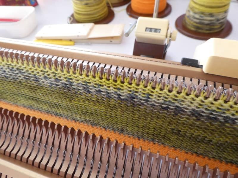 Les mailles montées sur la machine à tricoter.