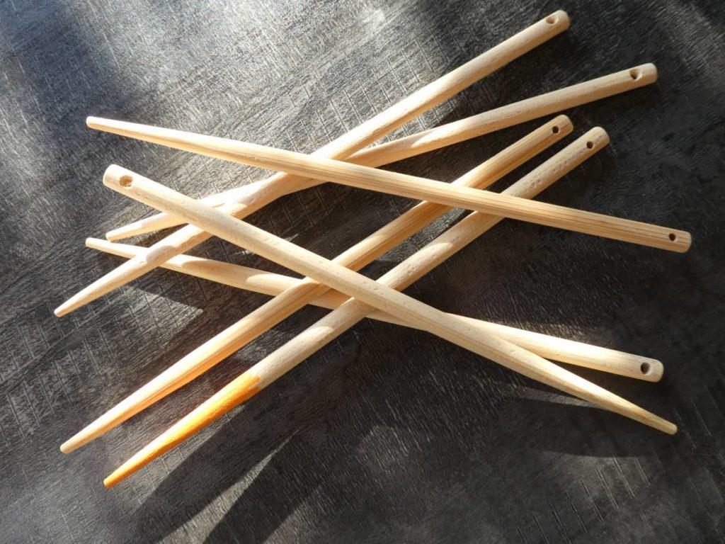 Les baguettes de bambous percées d'un trou.