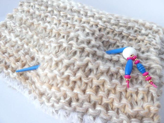 Le bijou d'écharpe bleu piqué dans une grosse écharpe Pamalussi.