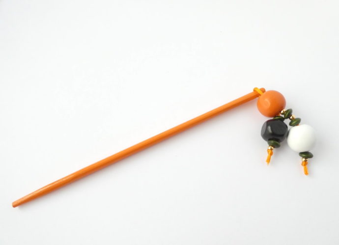 Le bijou d'écharpe orange Pamalussi.