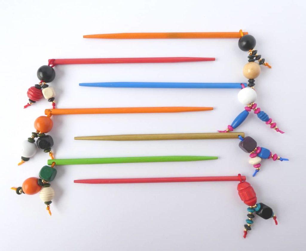 Les bijoux d'écharpe ou pics à chignons bariolés.