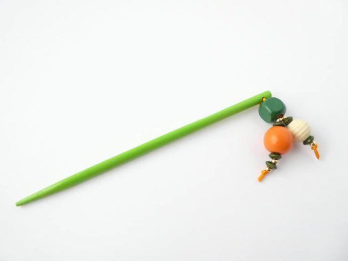 Le bijou d'écharpe vert de l'atelier Pamalussi.