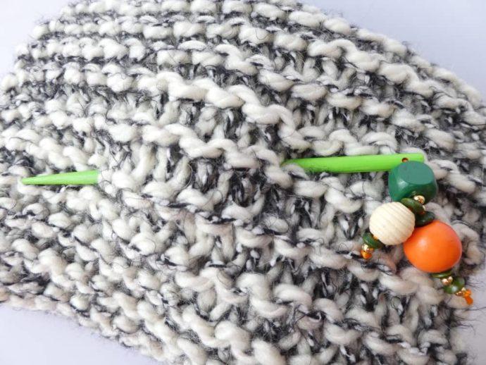 Le bijou d'écharpe vert piqué dans une grosse écharpe Pamalussi.