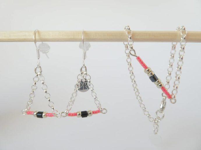 Les boucles d'oreilles assorties au bracelet rose avec chaîne en argent.