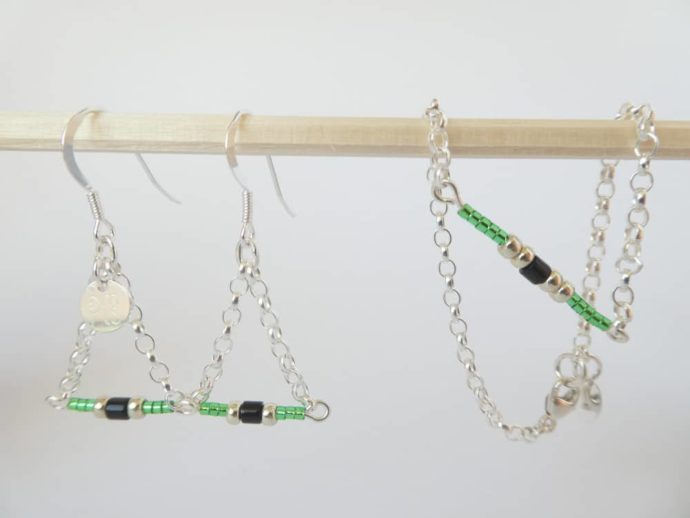 Le bracelet vert avec chaîne argent assorti aux boucles d'oreilles vertes.