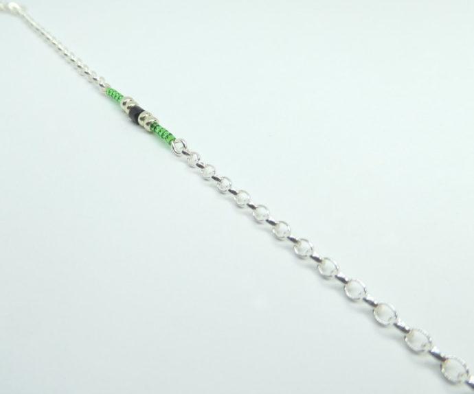 Les mailles de type Jaseron du bracelet vert avec chaîne argent.