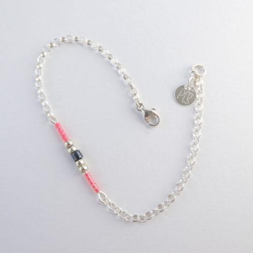 Le bracelet rose avec une chaîne en argent 925.