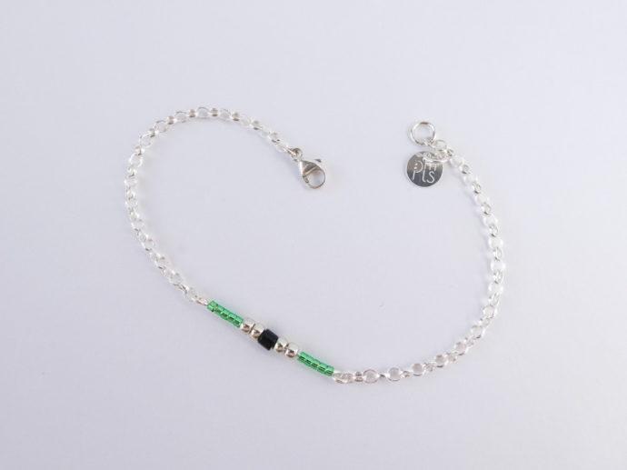 Le bracelet vert avec chaîne en argent et les perles Miyuki.