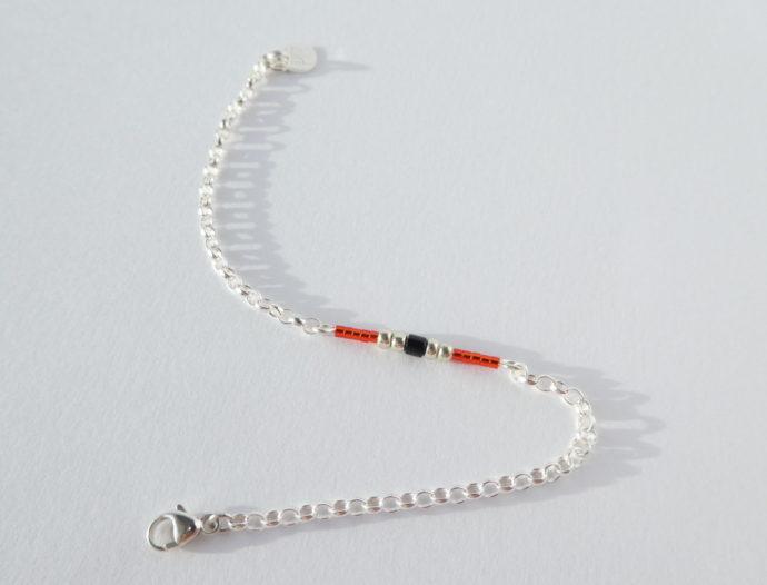 Le bracelet rouge avec chaîne en argent 925.