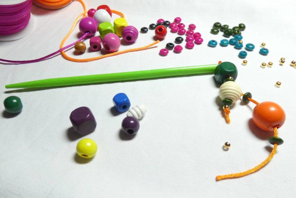 Des perles de bois, du cordon queue de rat pour les bijoux d'écharpe.