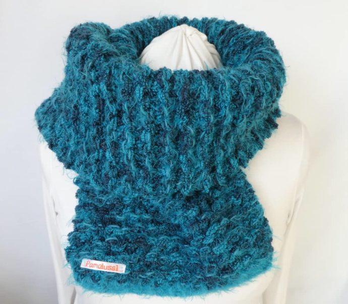 La grosse écharpe bleue Pamalussi.
