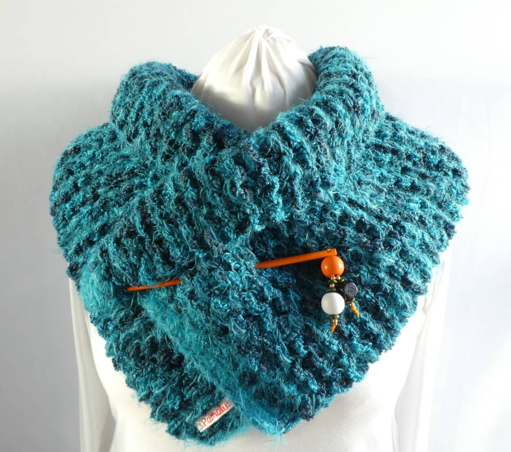 La grosse écharpe bleue peut être portée comme une étole.