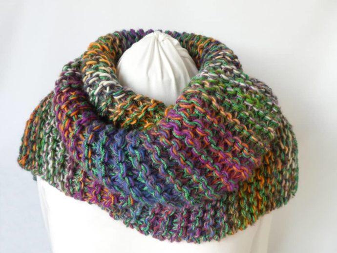 Joli mélange de laines pour la grosse écharpe multicolore.
