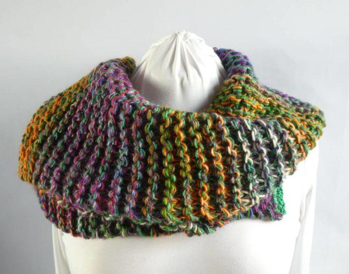 Elle est douce la grosse écharpe multicolore.