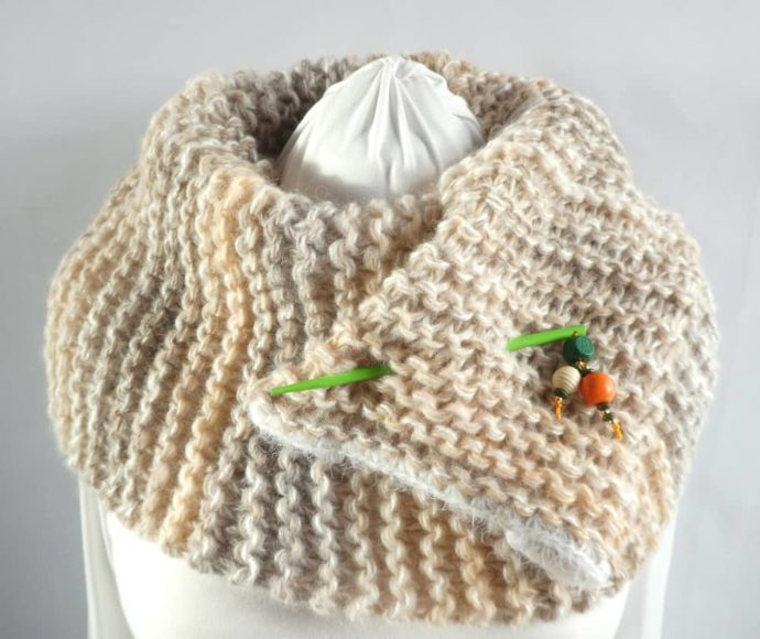 La grosse écharpe beige et sable Pamalussi avec un bijou d'écharpe.