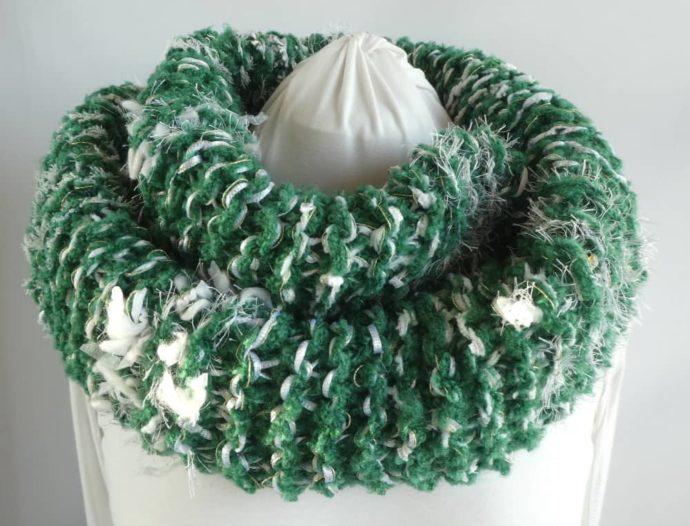 La grosse écharpe verte et blanche est parfaite pour une balade en forêt.