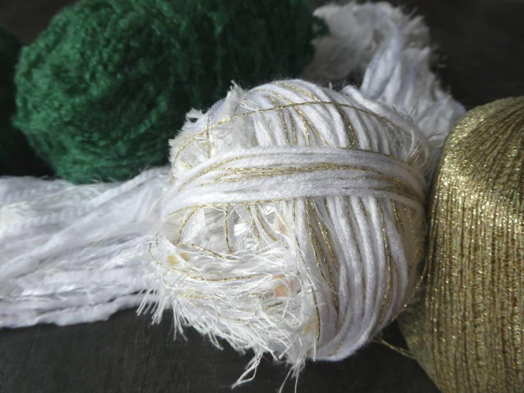 Les laines utilisées pour la grosse écharpe verte et blanche.