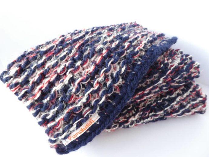 Détail de la grosse écharpe presque bleu blanc rouge.