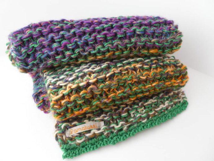 Gros plan sur la grosse écharpe multicolore.