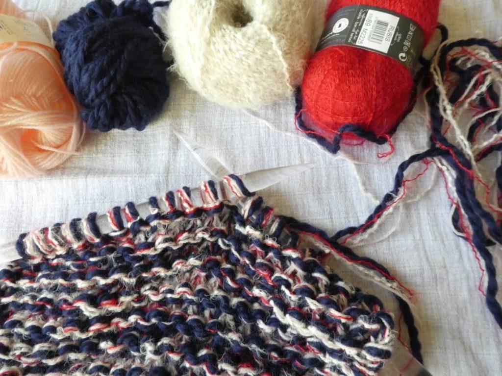 Une grosse écharpe tricotée au point mousse avec les aiguilles n°15.