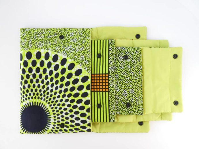 Les trois pochettes en wax vert s'emboitent les unes dans les autres.