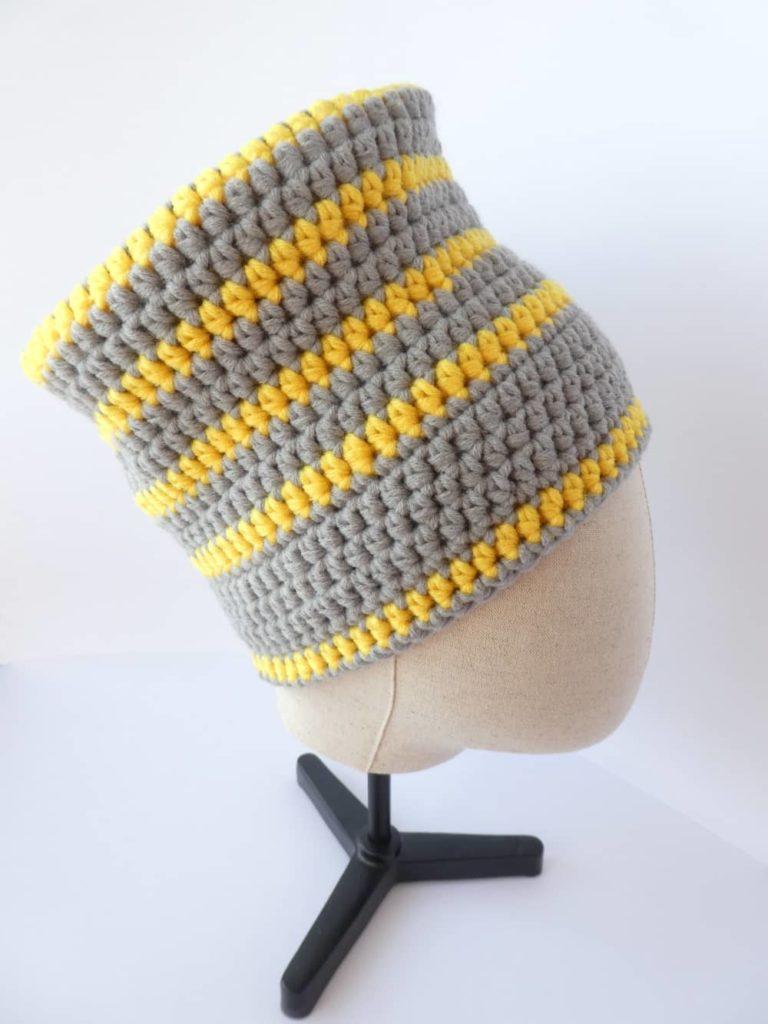 Le bonnet gris et jaune Pantone 2021 vu de profil.
