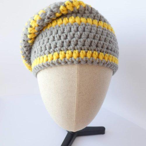 Gris et jaune, ce bonnet est aux couleurs de la Pantone Color of the Year 2021.