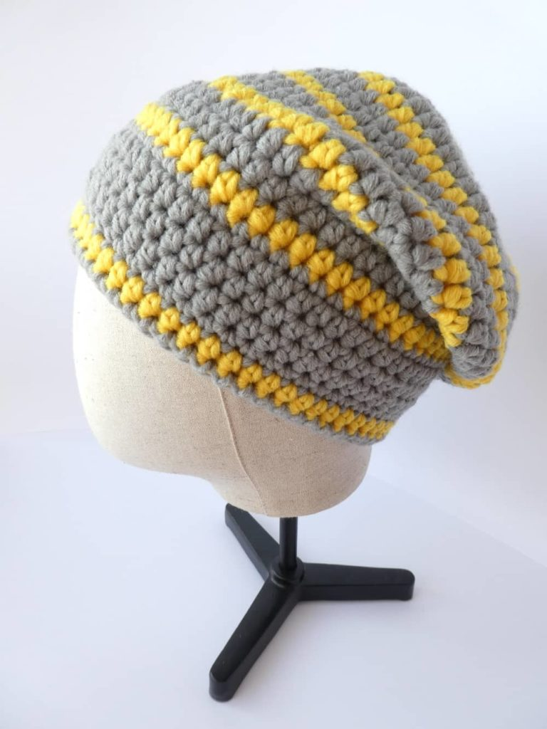 Le bonnet gris et jaune aux couleurs Pantone Color of the Year 2021.