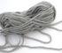 Le fil gris béton du bonnet gris et jaune Pantone 2021.