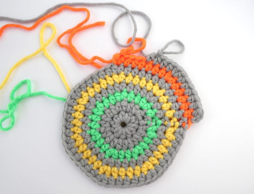 Vert, orange et jaune, couleur associées au fil gris du bonnet Pantone 2021.