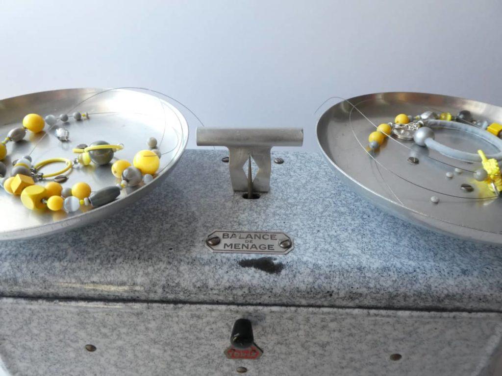 La balance un peu vieillotte mais bien utile pour équilibrer le collier jaune et gris.