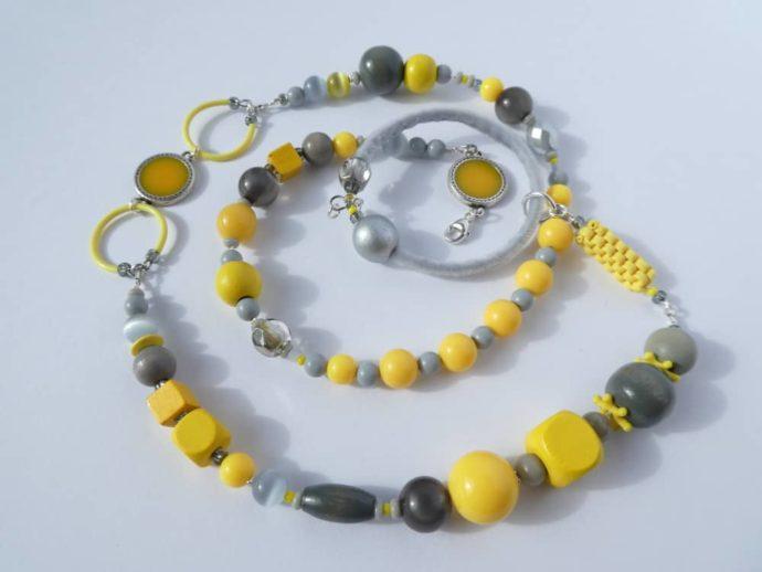 Matière héréroclite pour le collier jaune et gris Pamalussi.