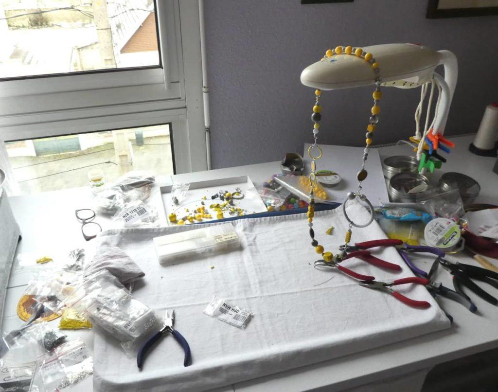 Le plan de travail pour l'assemblage du collier jaune et gris Pamalussi.
