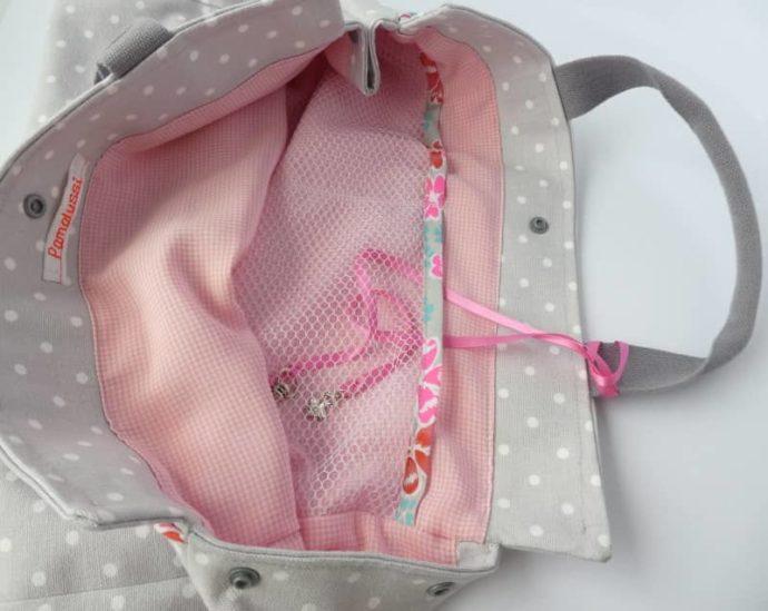 La doublure vichy rose et blanc et les poches intérieures du sac Ballerine sur le toit.