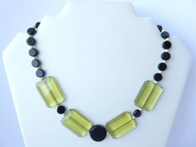 Le collier noir et vert de style art déco.