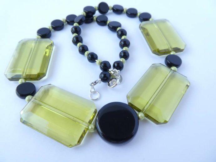Elles sont jolies les perles rectangulaires du collier art déco vert et noir.