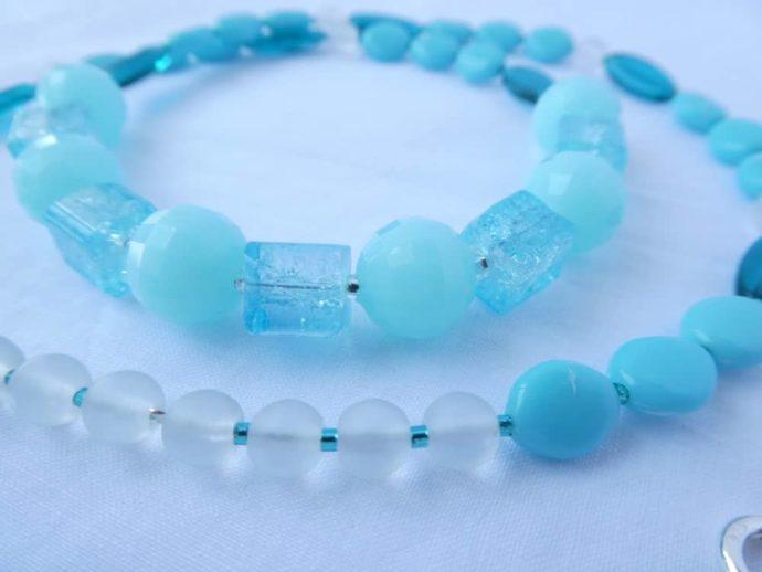 Les perles carrées du collier bleu glacier rappellent la glace.