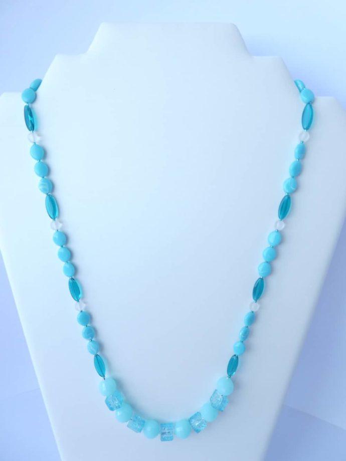 Vue d'ensemble du collier bleu glacier.