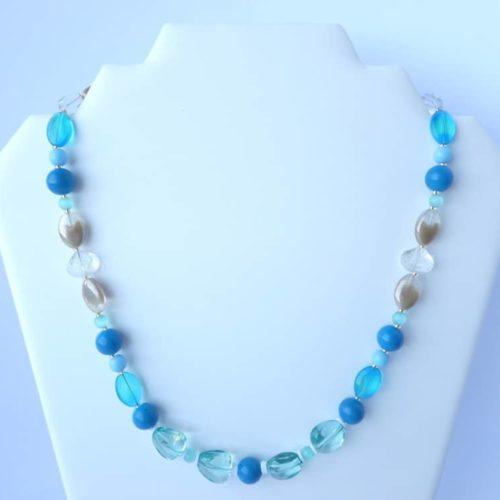 Le collier bleu Ecalgrain fabriqué par Pamalussi.