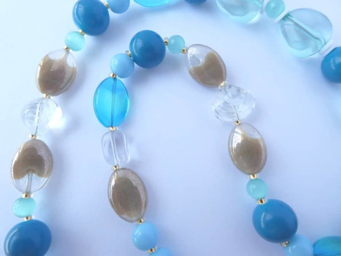 Les couleurs de la mer à la baie d'Ecalgrain pour ce collier Pamalussi.