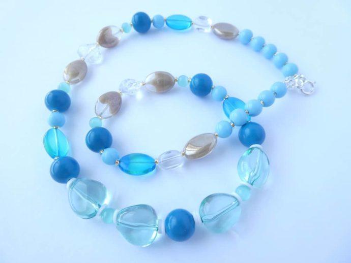 Du bleu, du vert, de la transparence et de la brillance pour le collier bleu Ecalgrain.