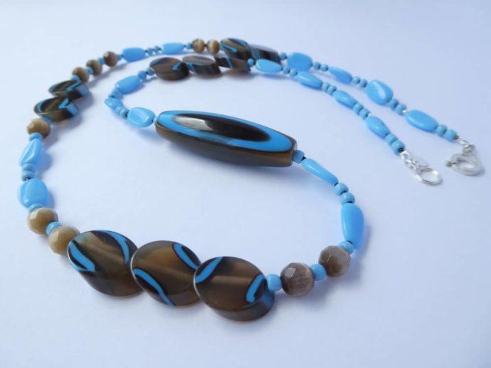 Perles rares et insolites du collier marron fumé et bleu.
