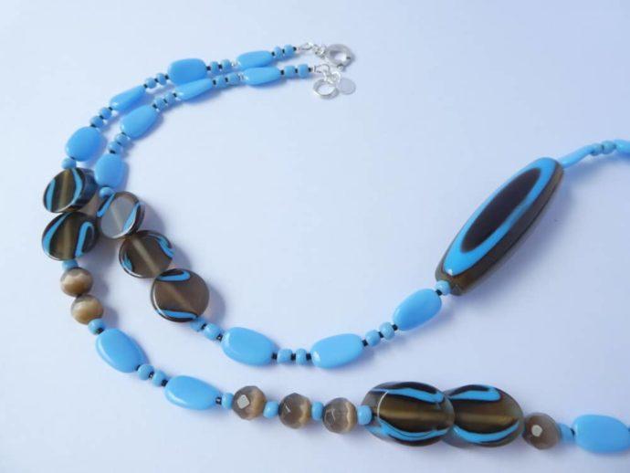 Joli assemblage de perles bleues et marron fumé pour ce collier Pamalussi.