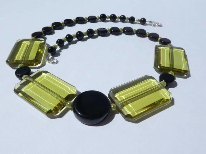L'assemblage du collier vert et noir est bien équilibré.
