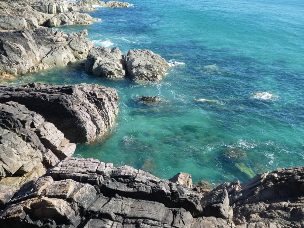Jolies couleurs de la mer vu du sentier menant à la baie d'Ecalgrain.