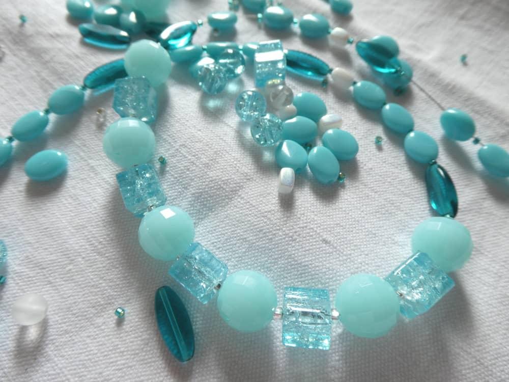 Le collier bleu glacier en cours de fabrication.